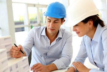Die Bauleitung bespricht den Bauablauf und die Bauausführung